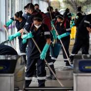 Eine Armada an Reinigungskräften versucht die Ausbreitung des Coronavirus an einer Bushaltestelle in Bogota in Kolumbien zu verhindern.