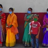 Darf die Braut  geküsst werden (2.v.l.)? Eine Hochzeitsgesellschaft in Mumbai.