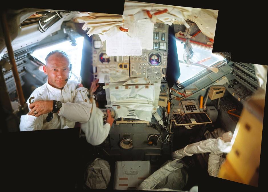 """Der Astronaut Buzz Aldrin in der Mondfähre """"Eagle"""". Für dieses Bild sind fünf Aufnahmen einer Hasselblad-Kamera kombiniert worden."""