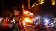 Demonstranten blockieren eine Straße in Beirut, setzen Reifen und Holz in Flammen.