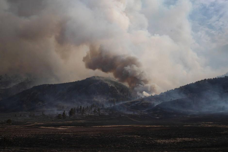 Rauchschwaden stehen über dem Fremont National Forest.