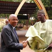 Bah Ba N'Daou (rechts) im Jahr 2014 mit seinem damaligen Vorgänger als Verteidigungsminister Malis, Soumeylou Boubeye Maiga.