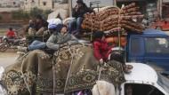 Syrer auf der Flucht aus dem Süden in den Norden der Provinz Idlib am 27. Januar 2020.