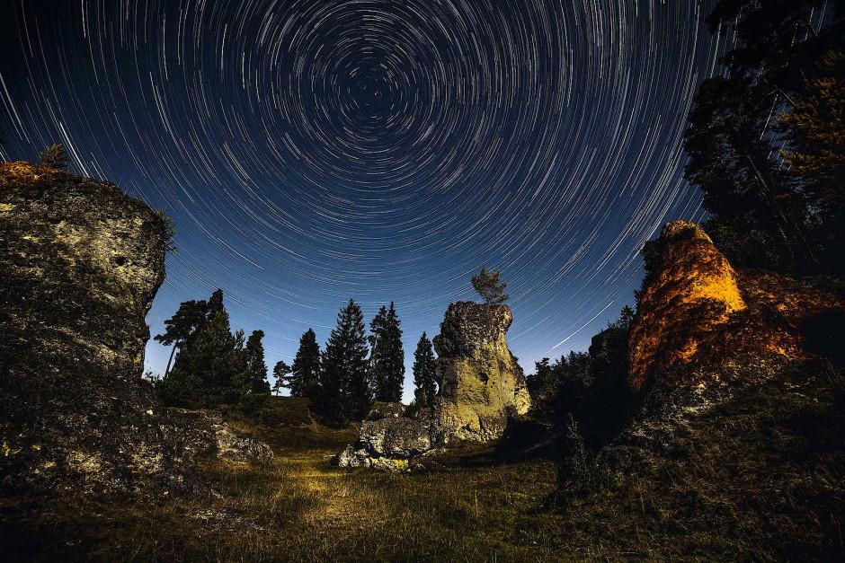 Das Felsenmeer im Wental auf der Ostalb ist eines der eindrucksvollsten Trockentäler auf der Schwäbischen Alb. Nachts wird es zur märchenhaften Fantasielandschaft unter einem unendlichen Sternenhimmel.