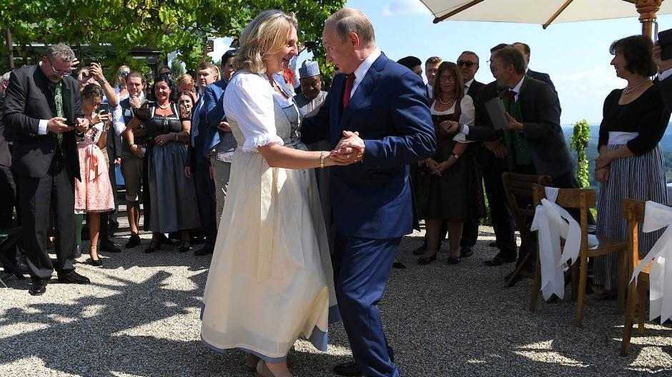 Ein besonderes Tänzchen: Kneissl mit Putin auf ihrer Hochzeit in der Südsteiermark