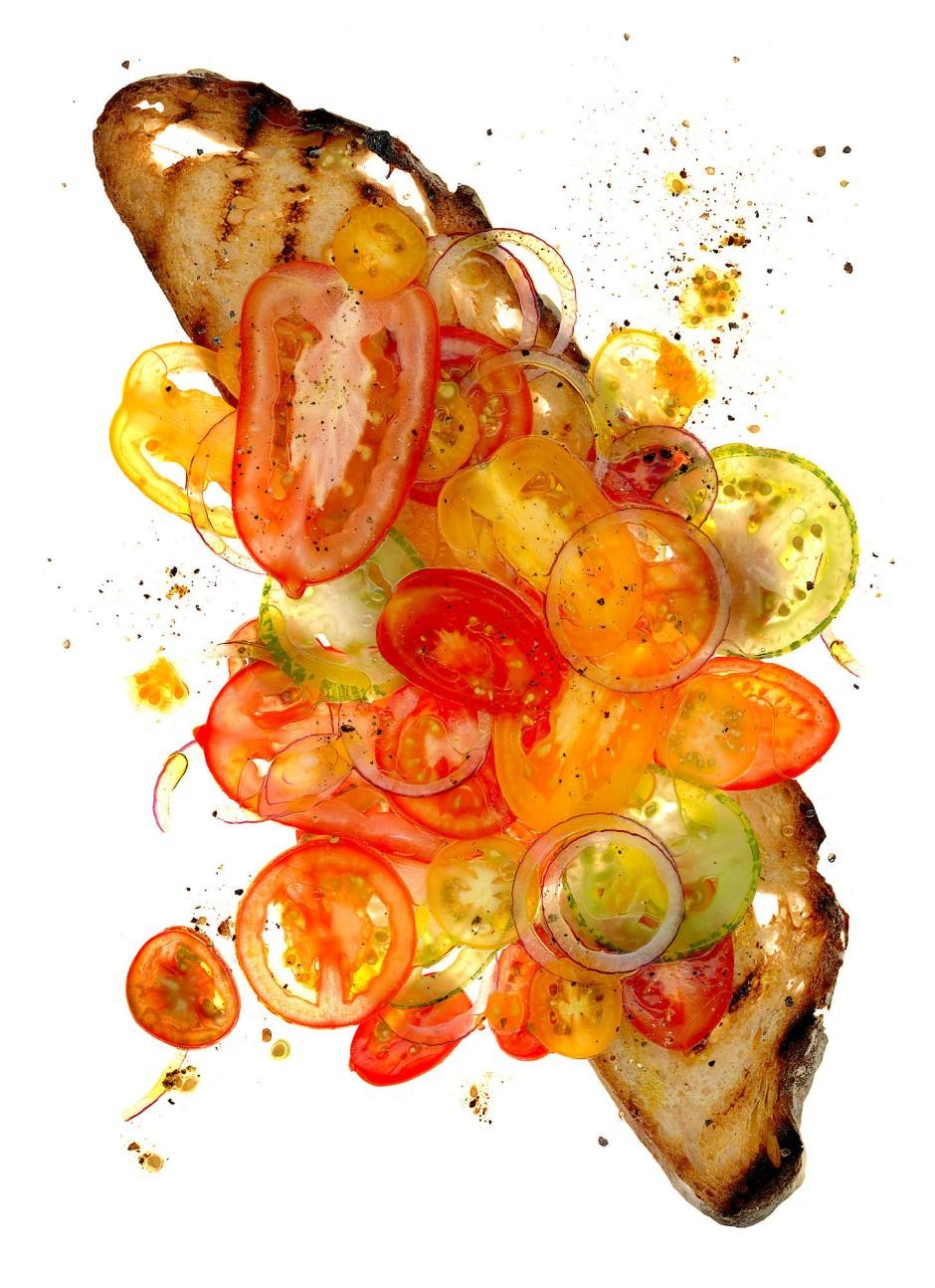 Tomatenstulle: Gegrillte Scheibe vom Weizenmischbrot, Tomatenscheiben, rote Zwiebeln, Meersalz, schwarzer Pfeffer, Olivenöl