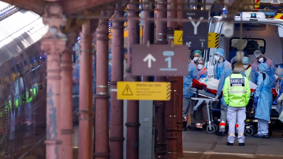 Am Straßburger Bahnhof wird ein Covid-19-Patient in einen TGV verladen, damit er in einem westfranzösischen Krankenhaus behandelt werden kann.