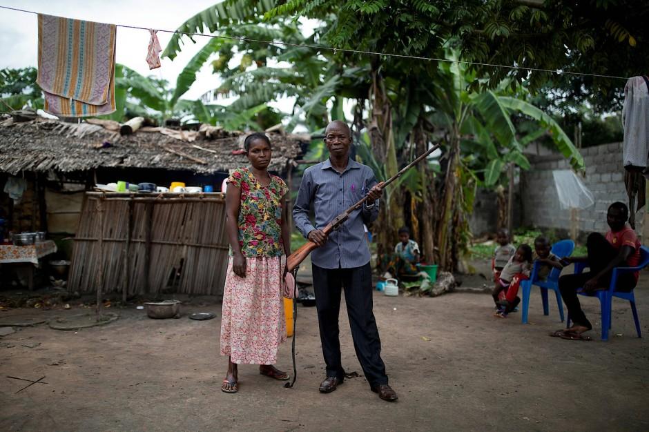 Er will nur genug Geld zum Leben haben: Mohamed Esimbo Matongu und seine Frau Mboyo Maponga haben ohne ihre Jagd nur 75 Dollar im Monat zur Verfügung.