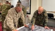 Die Generäle Frank McKenzie und Farrell J. Sullivan am 17. August am Flughafen in Kabul