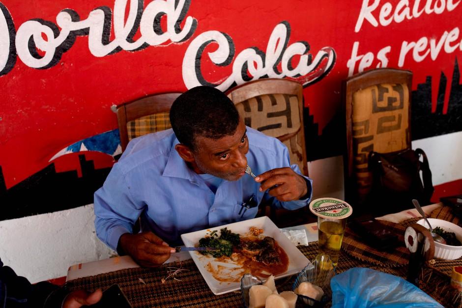 Im Restaurant in Mbandaka steht Python auf der Speisekarte.