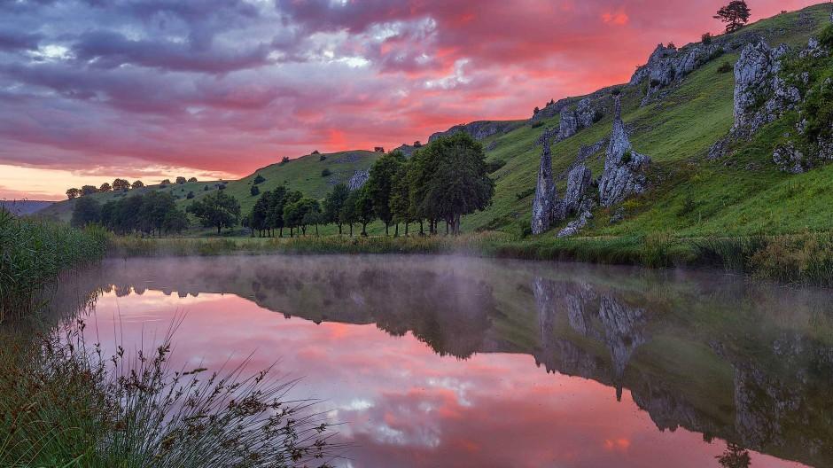 Im Eselsburger Tal liegt ein kleiner ehemaliger Fischweiher den »Steinernen Jungfrauen« zu Füßen. Einer Sage nach wurden zwei Mägde von einem Burgfräulein in zwei Felsnadeln verwandelt.