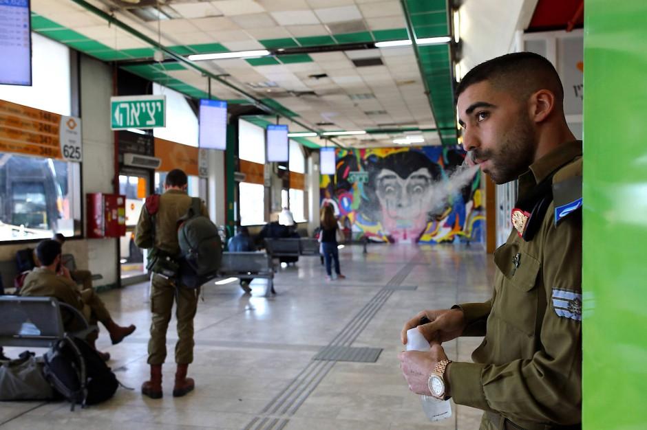 Israelische Soldaten müssen oft den Bus nutzen, um zu ihren Einsatzorten zu gelangen.