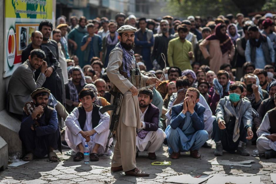 Ein Sicherheitsmann der Taliban vor einer Bank in Kabul