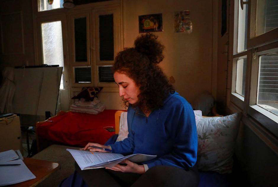 Ghenwa lernt zu Hause für einen ihrer Tests.