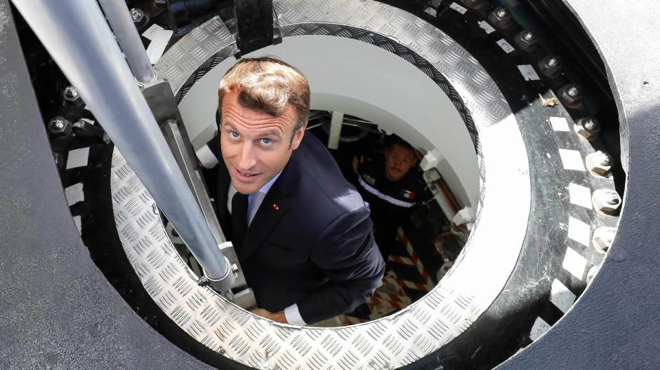 """Der französische Präsident Emmanuel Macron inspiziert im Juli 2019 im Hafen von Cherbourg das atomgetriebene U-Boot """"Suffren""""."""