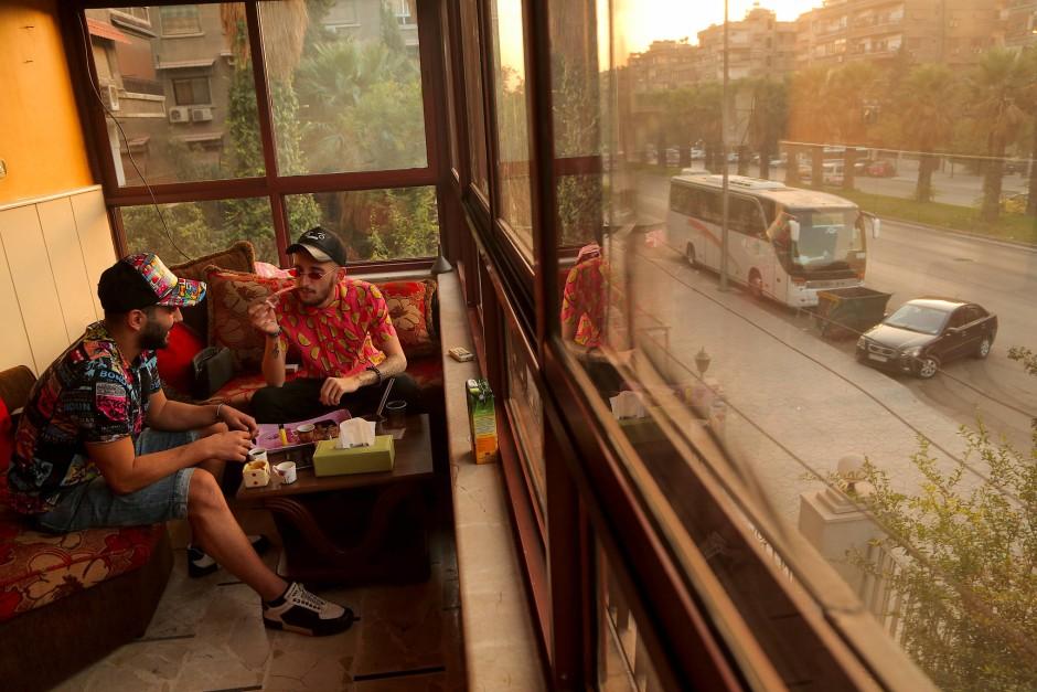 Ali und Jawad sitzen auf dem Balkon, bevor sie auf eine Party gehen wollen.