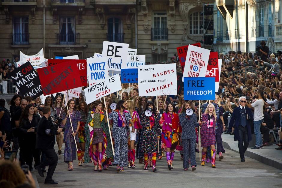 Dekorativer Protest: Im Herbst 2014 ließ Lagerfeld Chanel-Models in Paris als Demonstrantinnen auftreten.