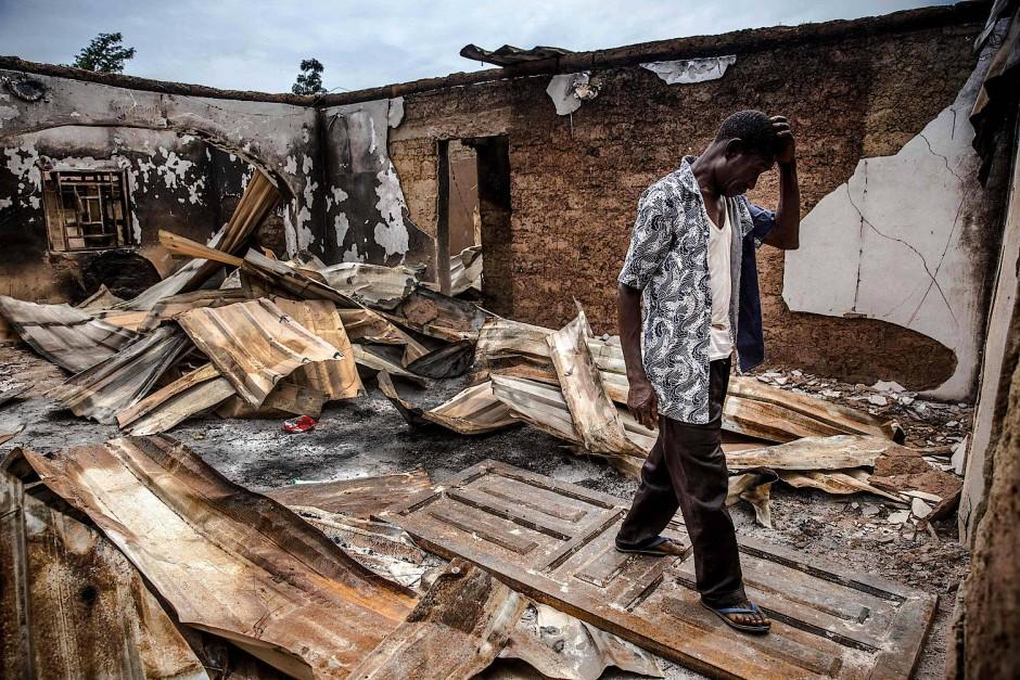 Ein Adara-Bauer inmitten von zerstörten und niedergebrannten Häusern nach einem Angriff der Fulani. Der Konflikt zwischen den muslimischen Hirten und christlichen Bauern hält an.
