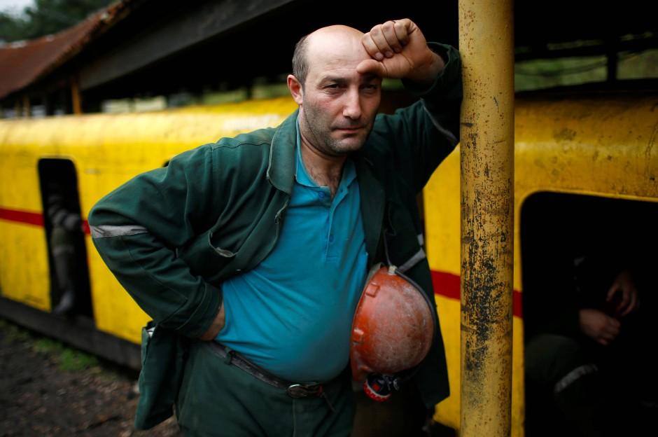 Der 38-jährige David Kublashvili wartet, um in die Grube einfahren zu können.