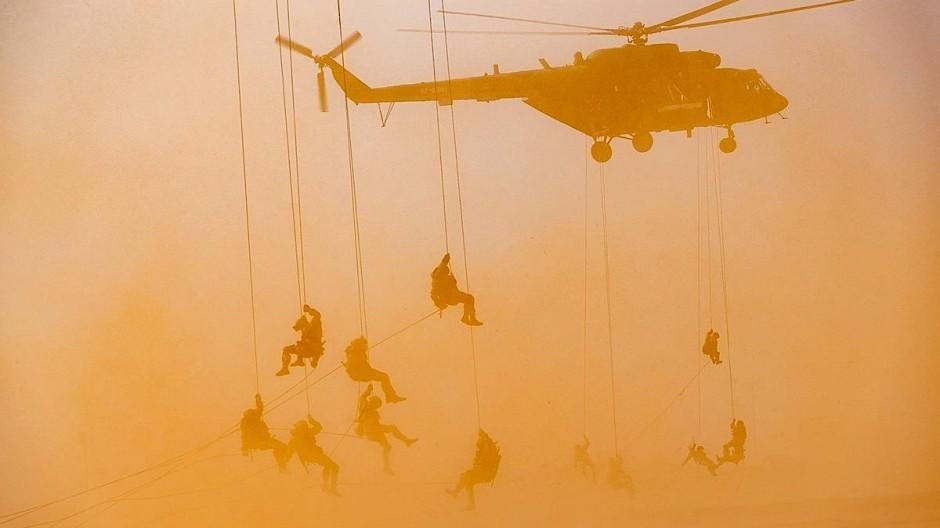 Russisches Militärmanöver: Fallschirmjäger nehmen am 22. September an einer Übung auf dem Militärstützpunkt Ashuluk teil.