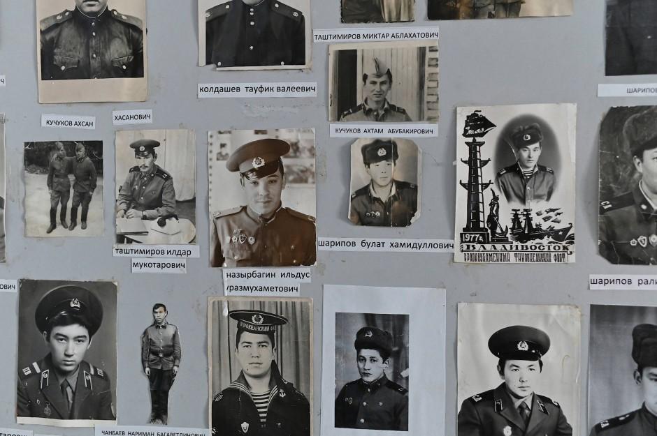 Fotos von ehemaligen Schülern sind in dem Schulmuseum zu sehen.