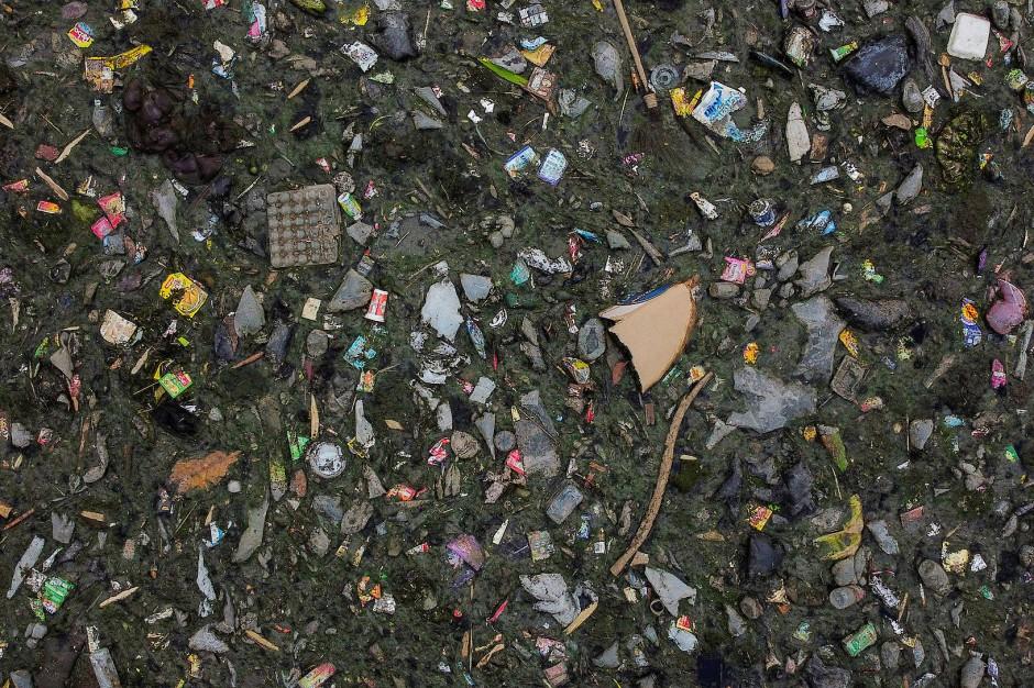 Abfälle aus dem Haushalt schwimmen im Strom des Citarum River in Bandung, Indonesien.