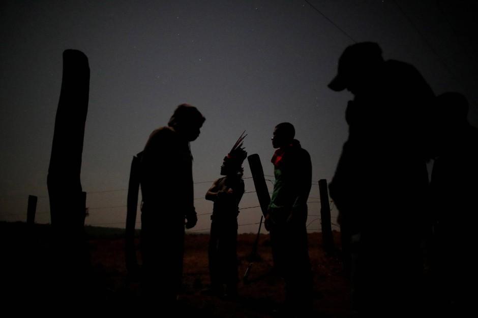 Guajajara-Indianer bereiten sich auf die Suche nach Holzfällern vor.