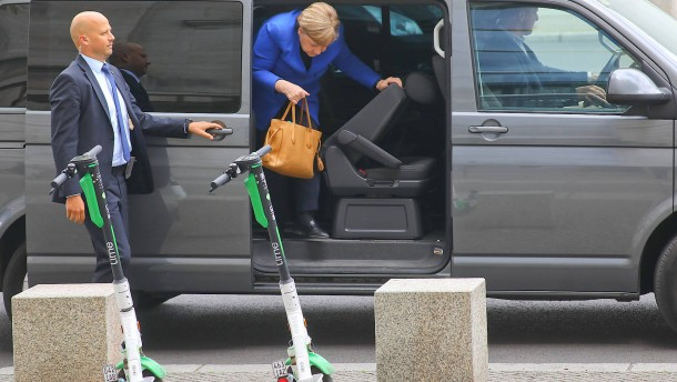 Merkwürdige Routine mit Merkel