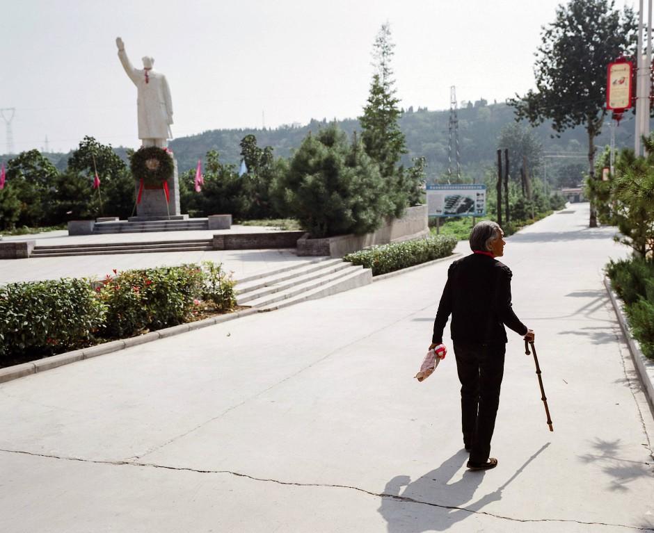 """Die Serie """"Like a father, Like a mountain"""" des chinesischen Pan Wang erzählt von der Reise zur großen Qinling-Gebirgskette. Dort erwachen Momente aus der Kindheit des Fotografen und die Erinnerungen an seinen verstorbenen Vater wieder zum Leben."""