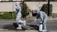 Zwei Soldaten einer Spezialeinheit bei der Desinfektion in Torre Boldone bei Bergamo