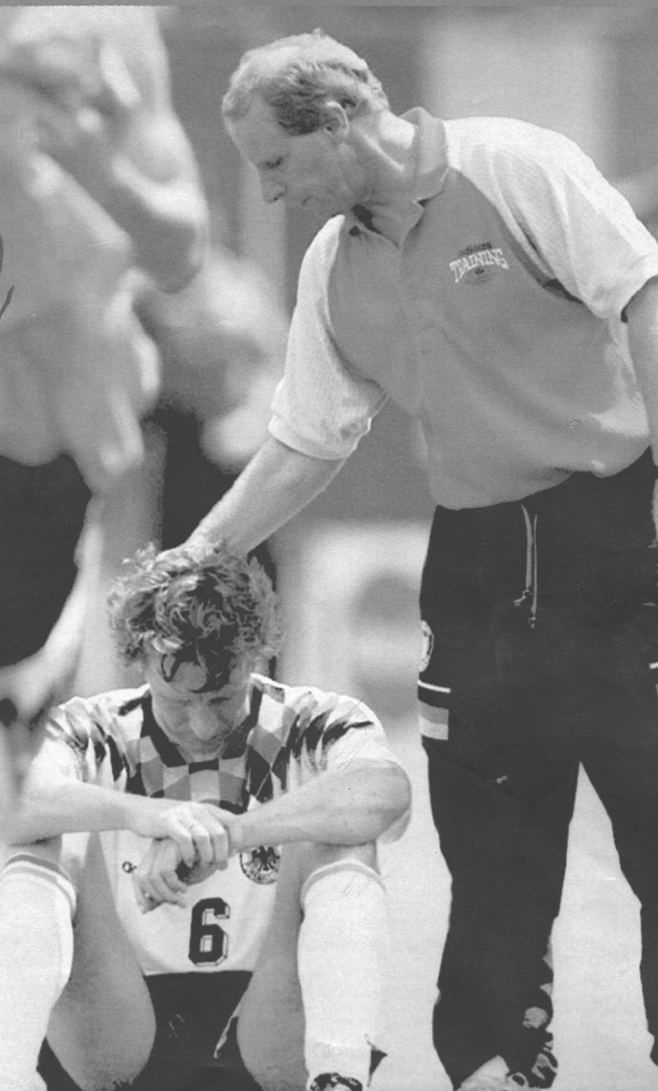 WM 1994: Trainer Vogts tröstet Buchwald.