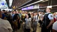 Aufregung am Mittwoch am Frankfurter Flughafen: Ein Polizist fordert Reisende mit einem Megaphone auf das Terminal zu verlassen. Warum der Alarm ausgelöst wurde, wird jetzt untersucht.