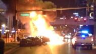 Bei dem Unfall ging eines der Fahrzeuge in Flammen auf.