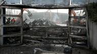 Nach dem Großbrand in einer Düsseldorfer Flüchtlingsunterkunft wird die komplette Halle abgerissen.