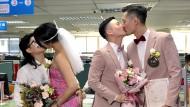 Alle wollen die ersten sein: Seit diesem Freitag dürfen in Taiwan gleichgeschlechtliche Ehen geschlossen werden. Diese zwei Paare gaben sich in Taipeh das Ja-Wort.