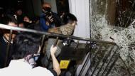 Weiterhin Proteste: Demonstranten versuchen in Parlamentsgebäude einzudringen