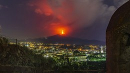 Lava-Fontänen am Nachthimmel