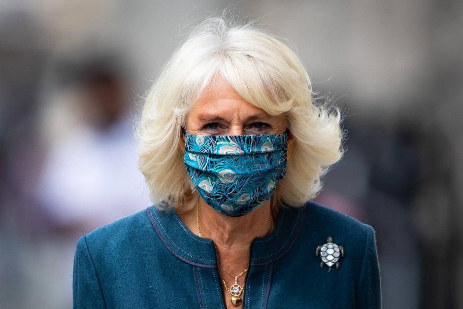 Auffällig: Herzogin Camilla trägt eine Maske mit Pfauenmuster