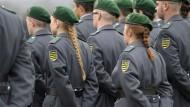 Frau darf Zopf tragen, Mann nur kurzes Haar: Die Regeln der Bundeswehr