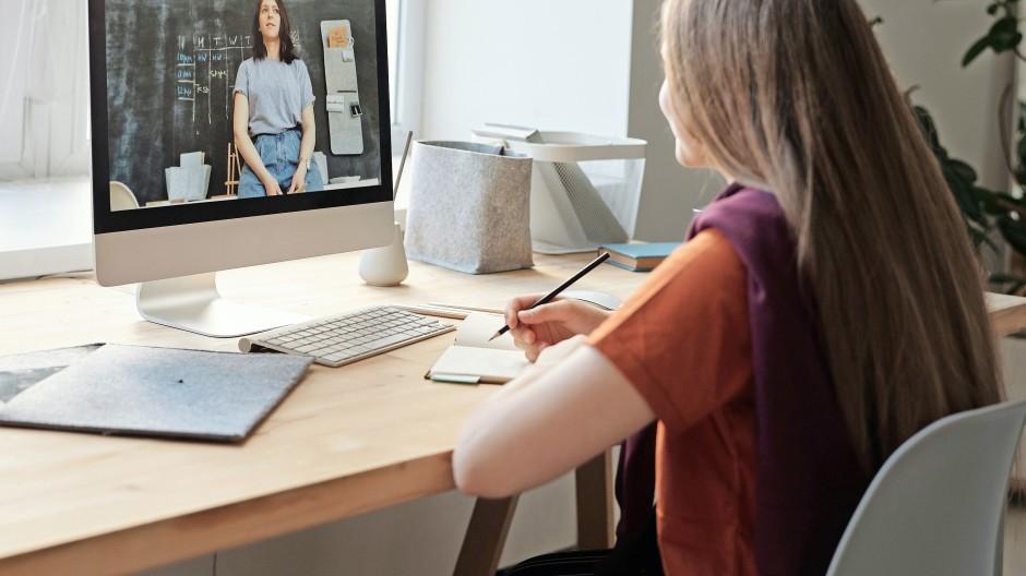 Durchblick gesucht: Digitaler Fernunterricht am Rechner mit Live-Bild aus dem analogen Klassenzimmer