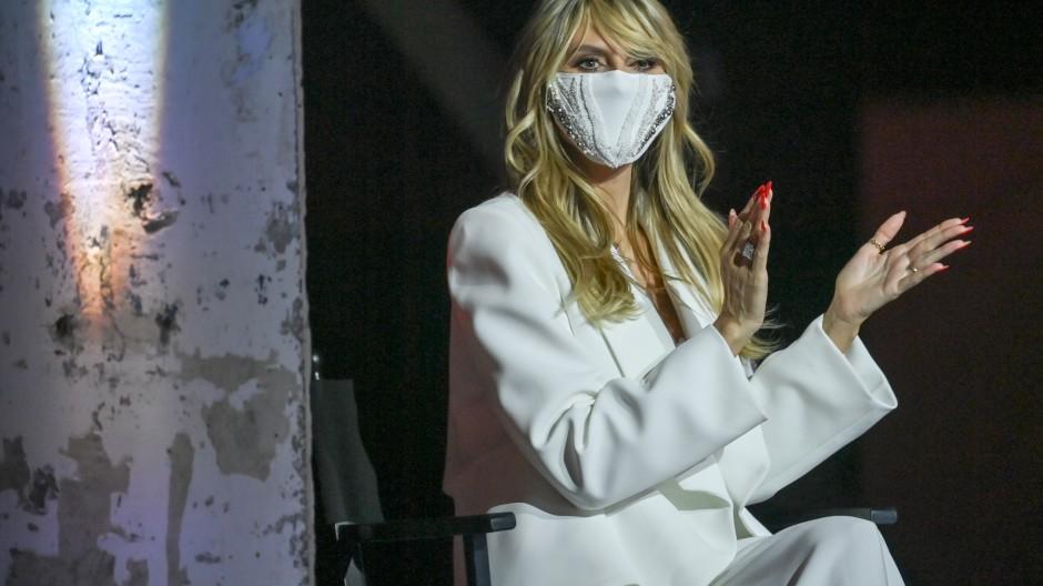"""Auch mit Maske ein Zuschauermagnet: Heidi Klum, Moderatorin der ProSieben-Show """"Germany's Next Top Model"""""""