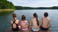 Kinder auf einem Steg am Trepliner See in Brandenburg. Die Wasserqualität ist hervorragend – auch in anderen Seen und Flüssen Europas.
