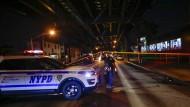 Ein New Yorker Polizist verlässt den abgesperrten Ort an der Moschee in Ozone Park, wo ein flüchtiger Mann zwei Menschen erschossen hat.