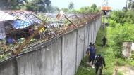 Polizisten patrouillieren am Mittwoch außerhalb der Gefängnismauern. Zuvor war es zu einem bewaffneten Überfall gekommen.
