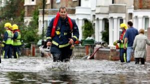 Dreijährige bei Hochwasser 50 Meter durch Abfluss gespült