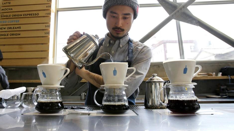 Handgefiltert: In den hippen Cafés in Tokio wird der Kaffee gern minutenlang per Hand aufgegossen.