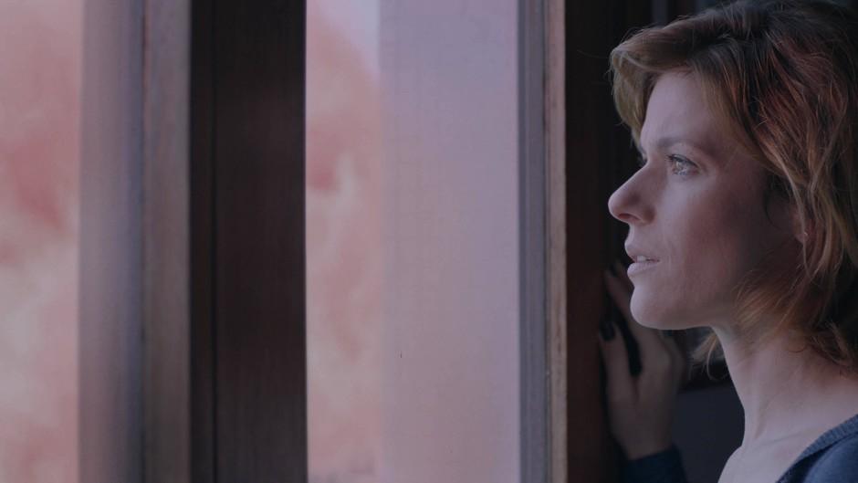 """Renata de Lélis muss sich im brasilianischen Drama """"The Pink Cloud"""" für längere Zeit mit einem One-Night-Stand in ihrem Appartement arrangieren."""