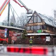 """Retten, was zu retten ist: Feuerwehrleute inspizieren das Dach des """"Pudel""""."""
