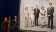 Diskret nach links außen gestellt: Infantin Cristina auf dem offiziellen Wandgemälde der königlichen Familie