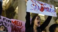 Brasilianerinnen protestieren in Rio de Janeiro gegen die Vergewaltigung der Sechzehnjährigen und die Reaktionen darauf in Politik und Medien.